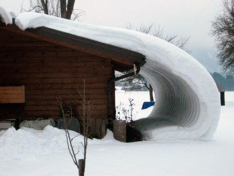 Обвальный съезд снегопада с крыши без снегозадержателей