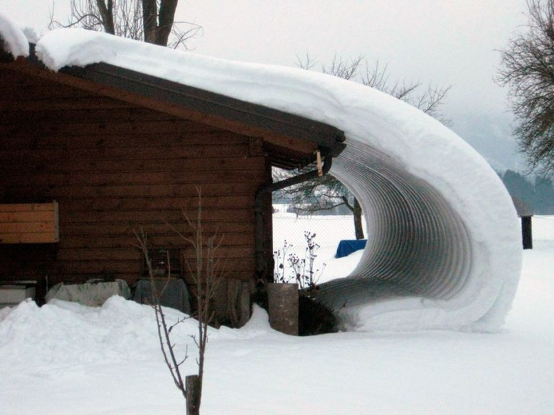 Лавинный сход снега с крыши без снегозадержателей